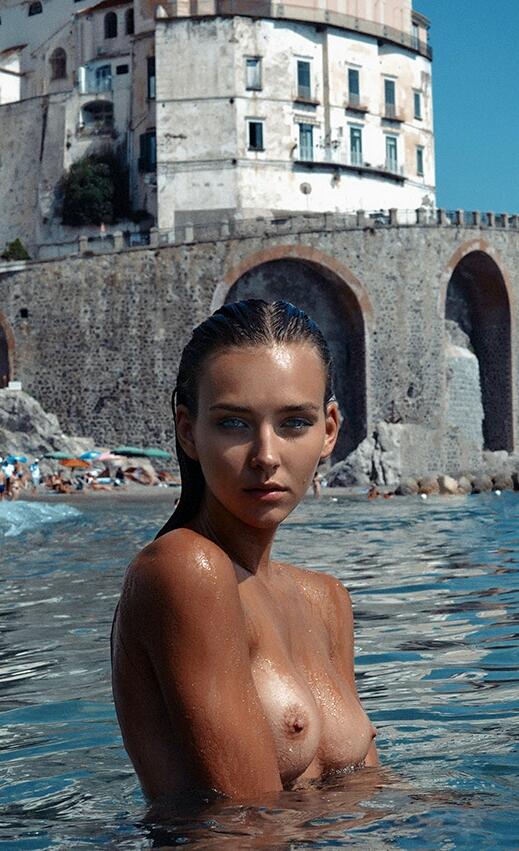 【海外エロ画像】股間以外は涼しくなれそうな水浴び中の全裸美女(;´∀`)