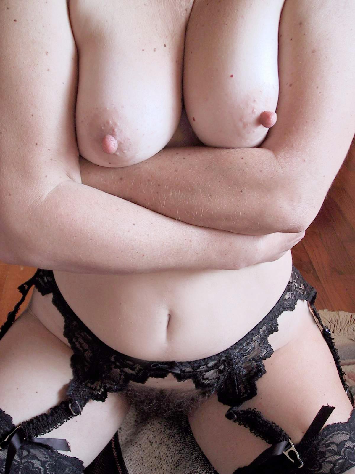 【乳首エロ画像】取れたらどうしよう…どんな巨乳でも不釣合いなデカ乳首(;´∀`)