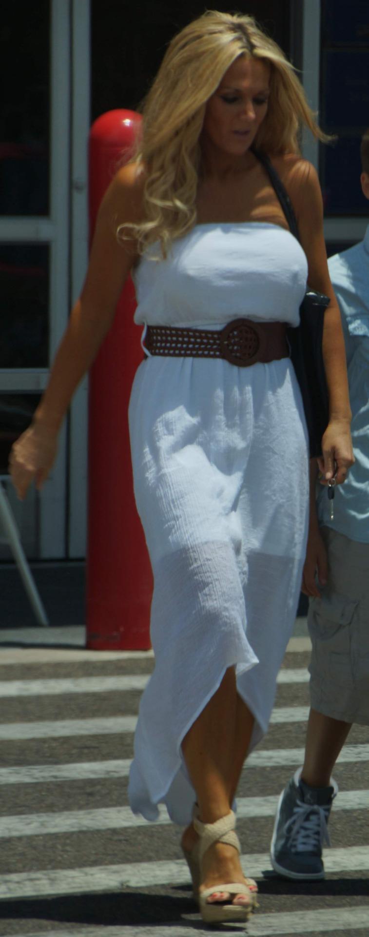 【海外エロ画像】単なる乳袋じゃない!谷間もポッチも強烈な外人着衣巨乳(;゚Д゚)