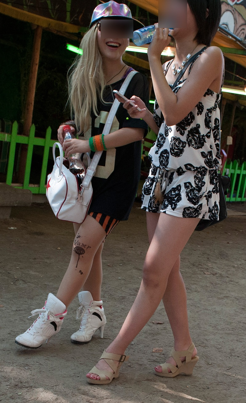 【美脚エロ画像】そのムチムチ太ももを限界まで見せてくれるミニスカ美脚の激熱ぶり(;´Д`)