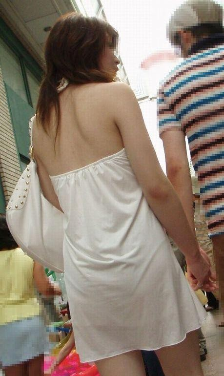 【街撮りエロ画像】汗で輝いている背中丸出しの街角ギャルを徹底追跡!(*´Д`)