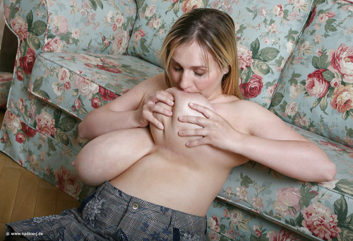 【巨乳エロ画像】母乳が出れば自給自足!?爆乳女子のセルフ乳首ちゅーちゅー(*´Д`)