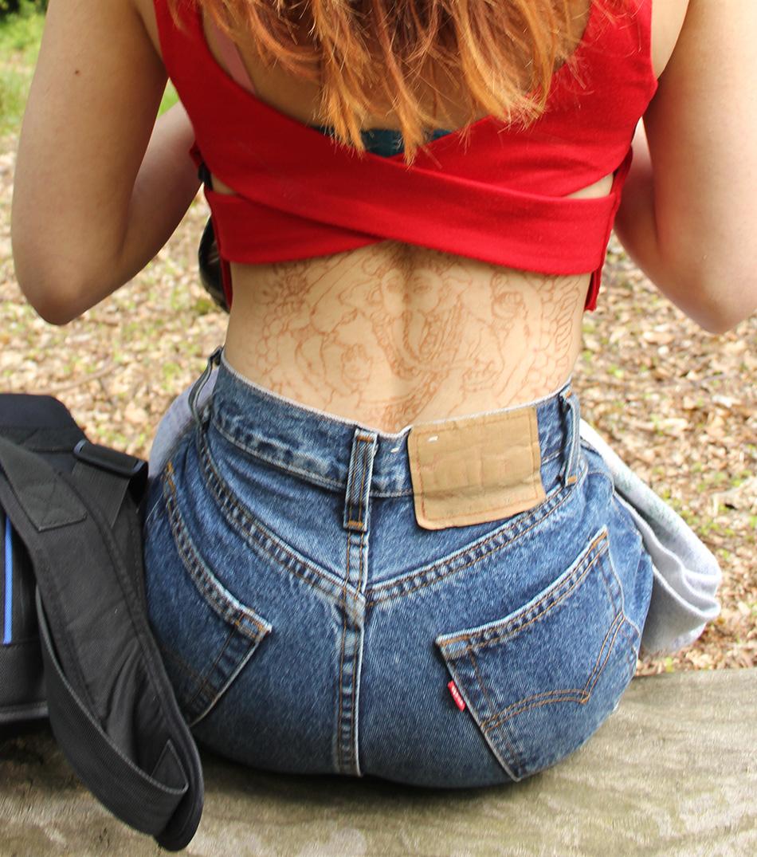 【海外エロ画像】まさかノーブラ…生の背中を剥き出し状態で出歩く美女(;゚д゚)