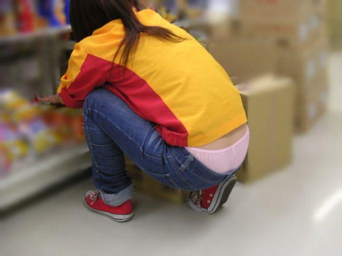 【ローライズエロ画像】言い訳無用のパンチラ!腰の素肌も注目ローライズ女子(;´Д`)