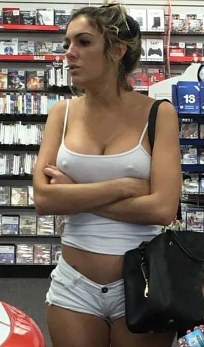 【ノーブラエロ画像】何故恥ずかしくない!?隠れてりゃOKな乳首ポチ外人(;´Д`)
