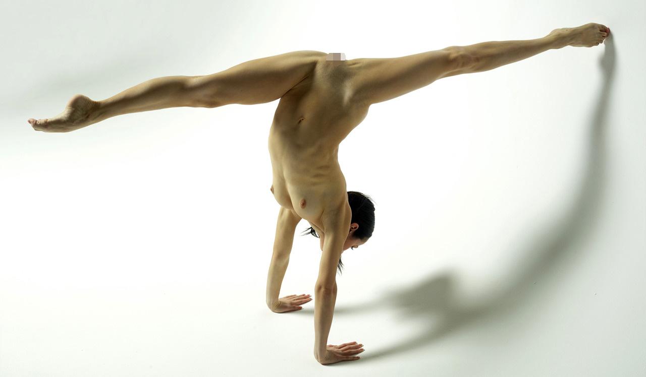 【軟体エロ画像】新たな体位が出来そうな予感!180度開脚は朝飯前な軟体美女の衝撃ポーズ(;´Д`)