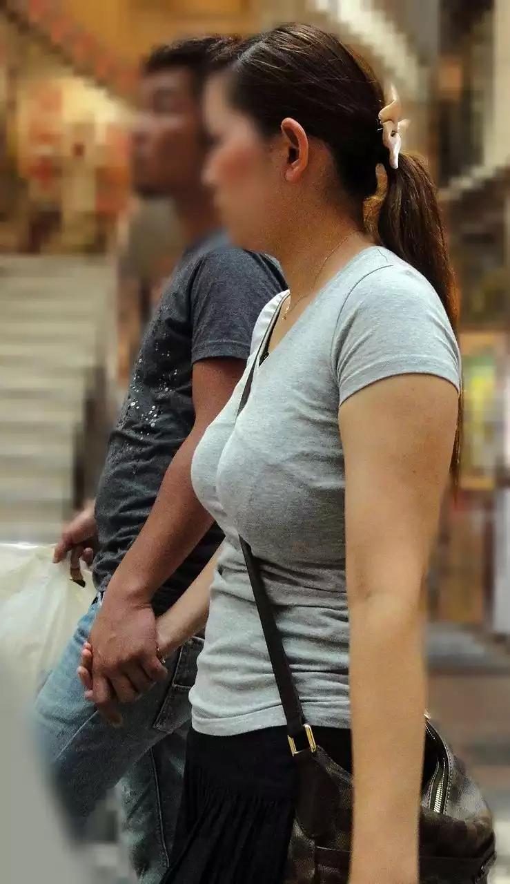 【着衣巨乳エロ画像】動かないのが惜しまれる…実物も見たい街角おっぱい(;´∀`)