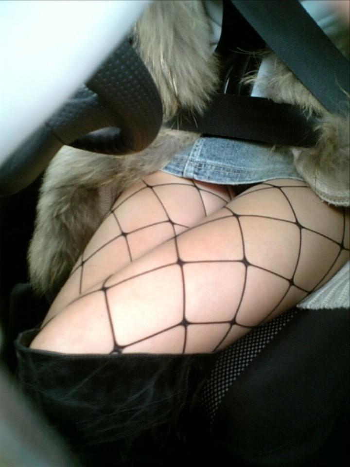 【パンチラエロ画像】走行中は見てはいけない!車内隣のミニスカ誘惑(;><)