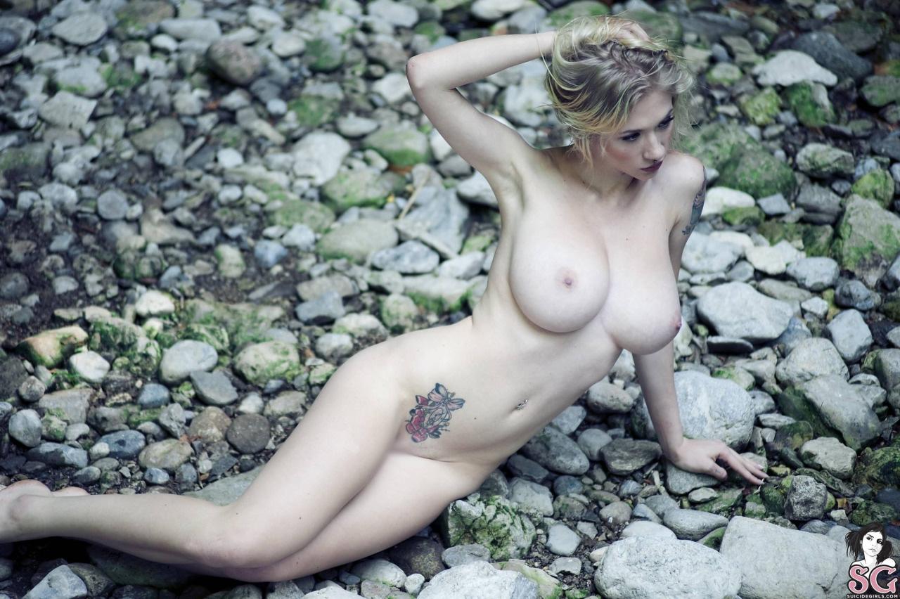 【海外エロ画像】体にいっぱいあったら美女でも…受け入れ難いかタトゥー裸体(*´д`*)