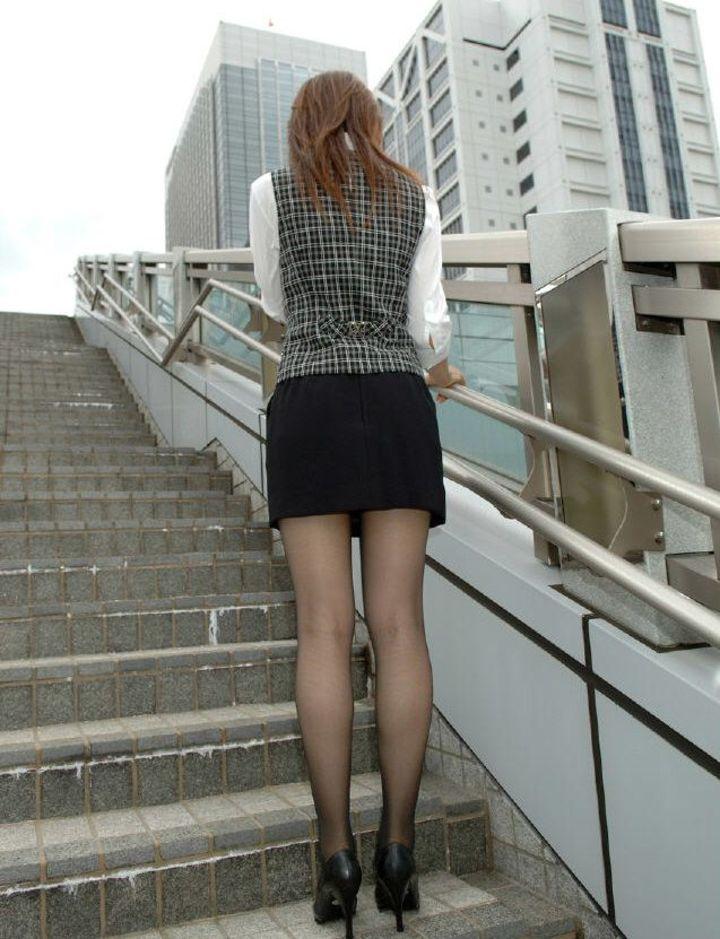 【美脚エロ画像】暑い中ありがとうございます!脚線美の際立つ黒スト下半身撮り(;´Д`)