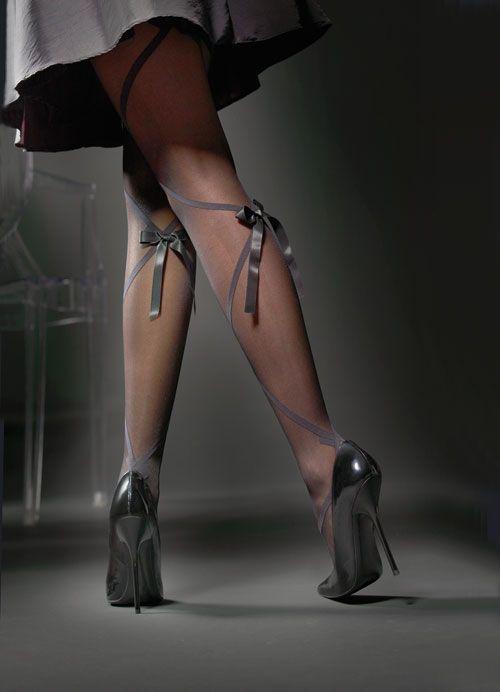 【ヒールエロ画像】うわぁ痛そう…と思った人はマゾw鋭いヒールと女の足(*´д`*)