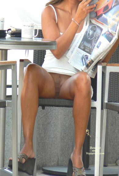 【海外エロ画像】ノーパンだからって見せるの簡単過ぎ!外人さんの日常的局部晒し(゜ロ゜ノ)ノ