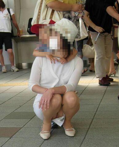 【ママチラエロ画像】子連れ大歓迎!隙ありママさんのパンチラは激写余裕(*´д`*)