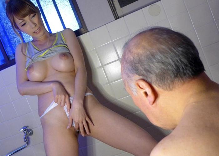 【エロ動画】スケベすぎる爆乳ハーフ介護士に爺さん達も下半身が若返る!(*゚∀゚)=3 01