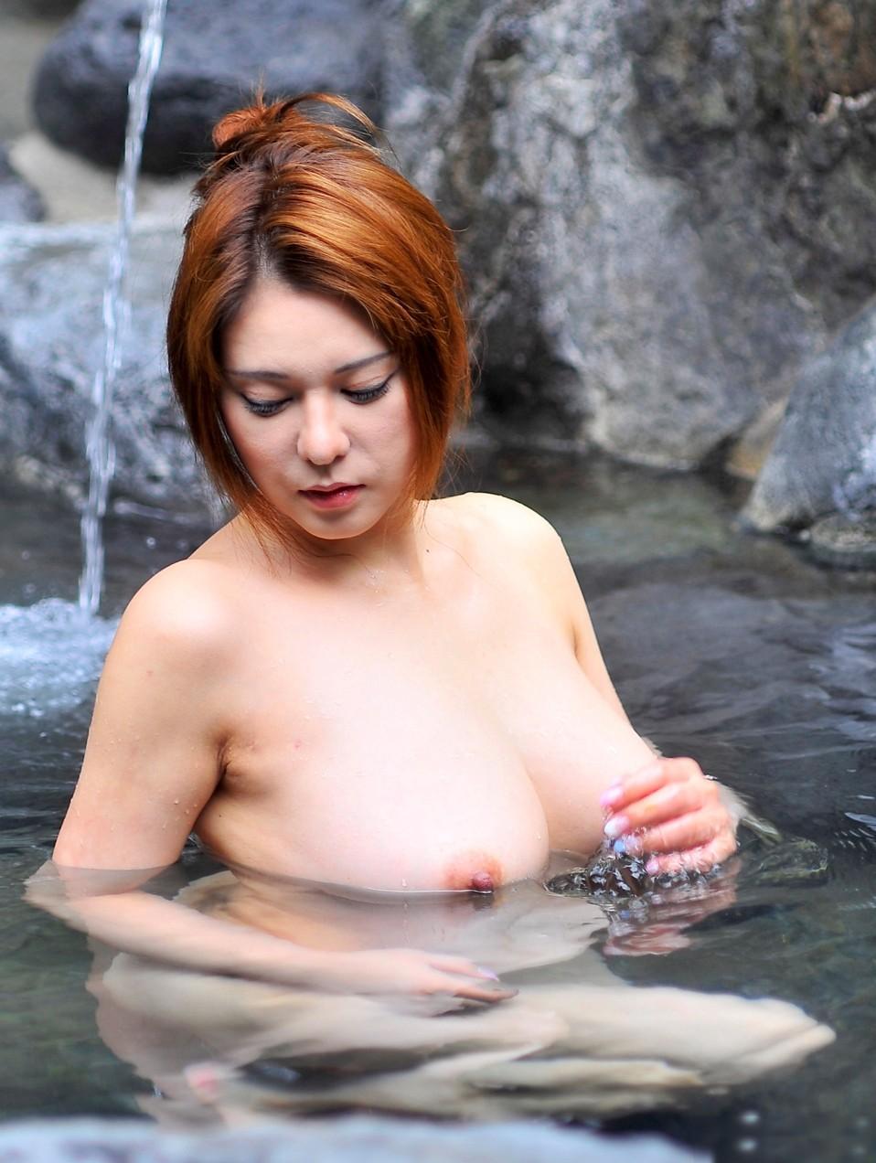【おっぱいエロ画像】入ったら浮く決まりじゃんw湯船に揺らめく豊穣おっぱい(*´Д`)