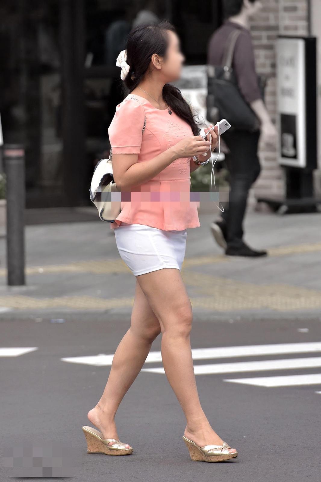【街撮り美脚エロ画像】夏万歳!街に行けばお姉さんの綺麗な生脚が見放題(*´д`*)