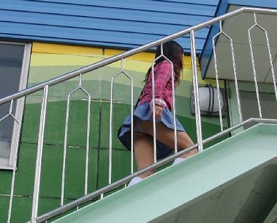 【パンチラエロ画像】上から無自覚な挑発するミニを覗いたローアングル(;´Д`)