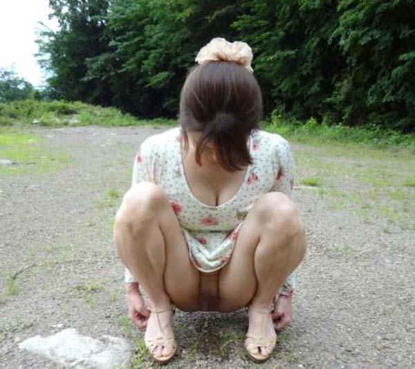 【放尿エロ画像】見られて恥ずかしい…でも止め切れない女の放尿お披露目(;´Д`)