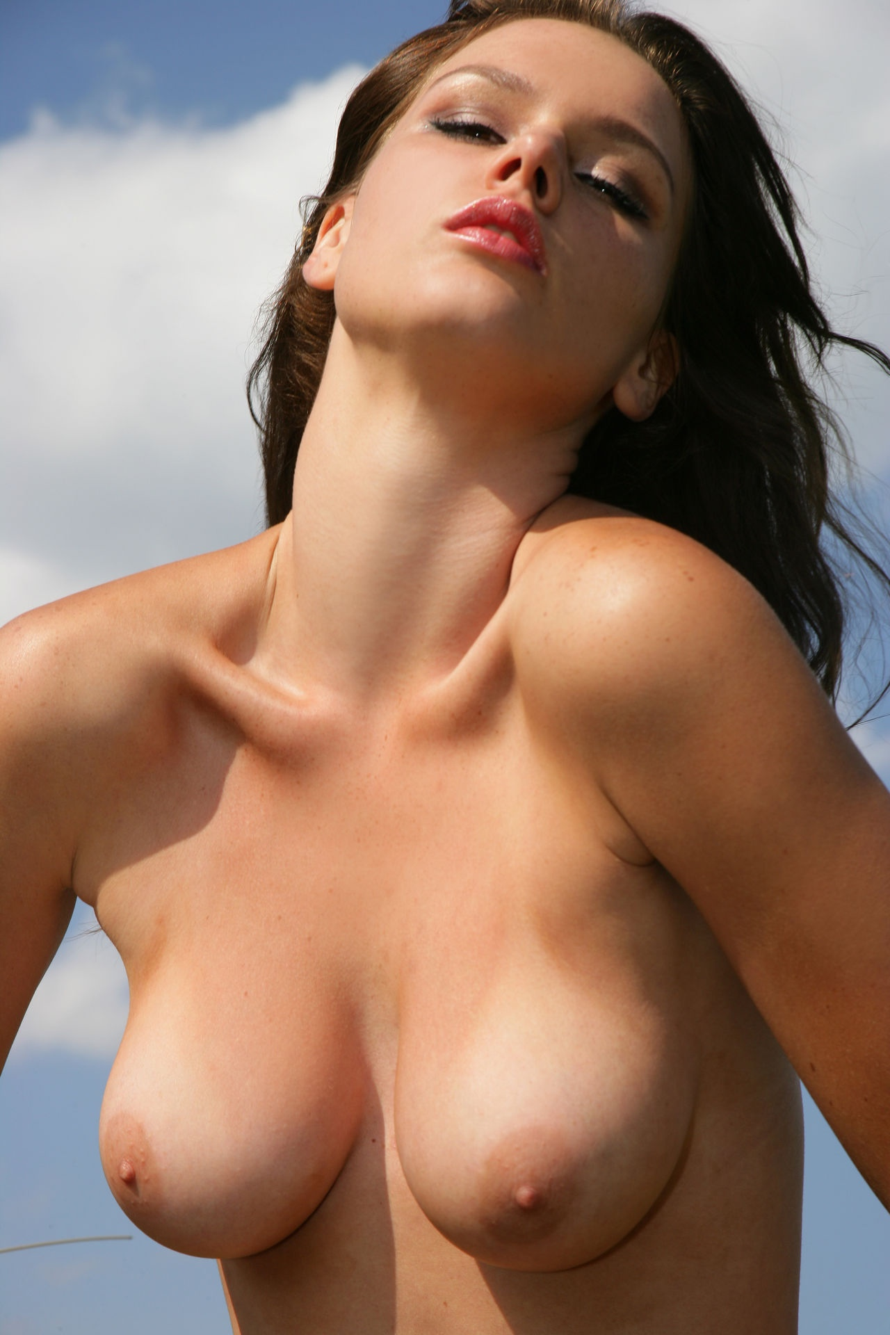 【日焼けエロ画像】白黒クッキリが欲情を倍増させる海外美女の日焼け美乳(;´Д`)
