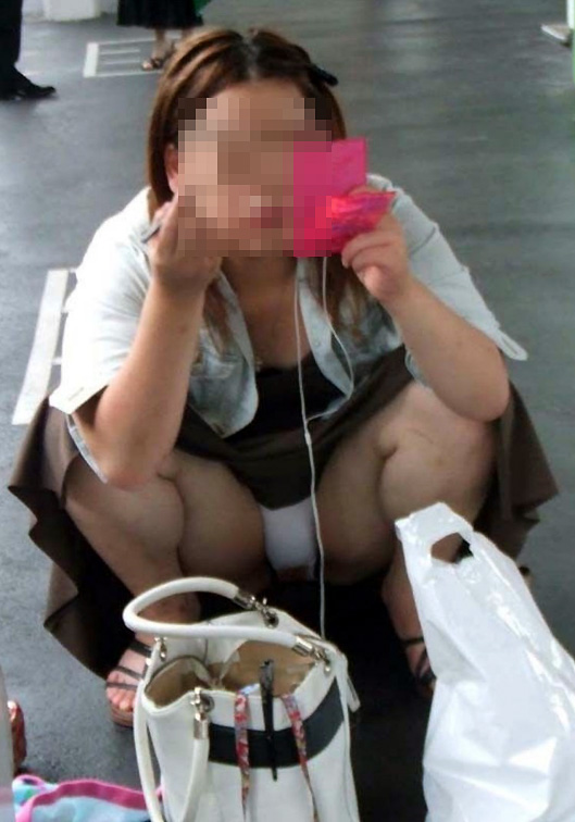 【パンチラエロ画像】見ていいの?と伺いを立てたくなる楽勝の座りチラ(;´Д`)