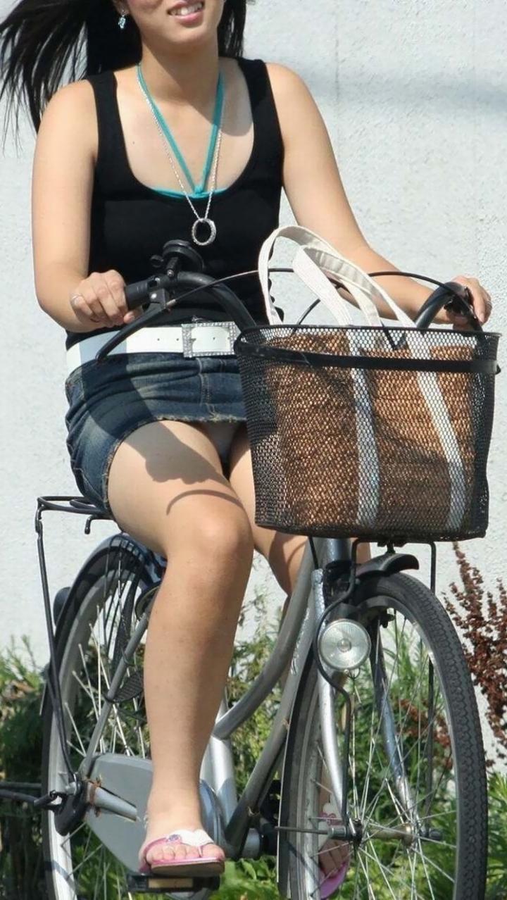 【パンチラエロ画像】見えない場合は背筋を伸ばして!すれ違い様に自転車チラ見え(;´∀`)