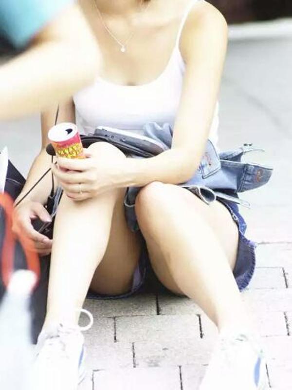 【パンチラエロ画像】座れば太ももの間から見えて然り!無警戒で見放題な座りチラ(*´Д`)