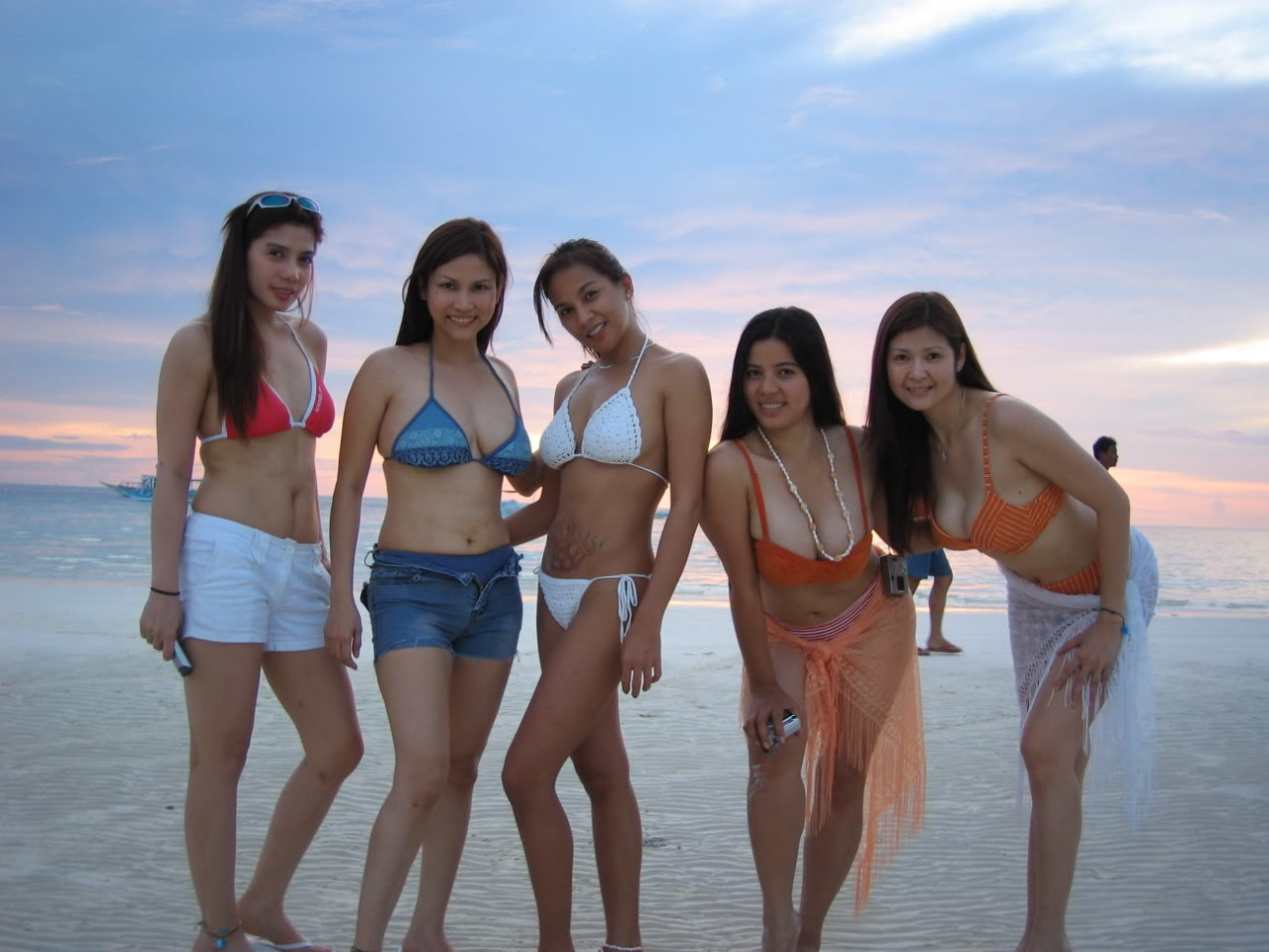 【海外エロ画像】近隣諸国も夏!セクシービキニ美女多きアジアのビーチ事情(*´д`*)