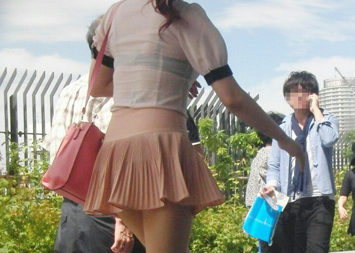 【透けブラエロ画像】前後どちらも把握したい!薄着だからよく見える透けブラ(*´д`*)