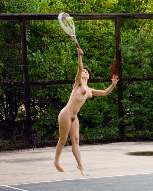 【露出エロ画像】古代に回帰!?全裸でスポーツに励む異国の方々(´Д`ノ)ノ