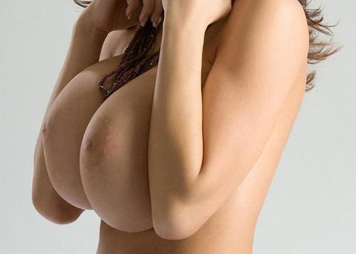 【海外巨乳エロ画像】爆が爆ぜて超乳!桁外れサイズ揃いな洋モノおっぱい(;´∀`)