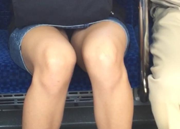 降りるまで見えたらいいな電車内パンチラエロ画像