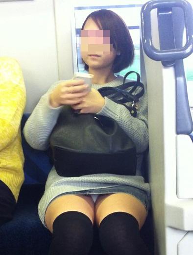 【パンチラエロ画像】対面よりそっと…ハラハラする電車内のパンチラ激写(;・∀・)