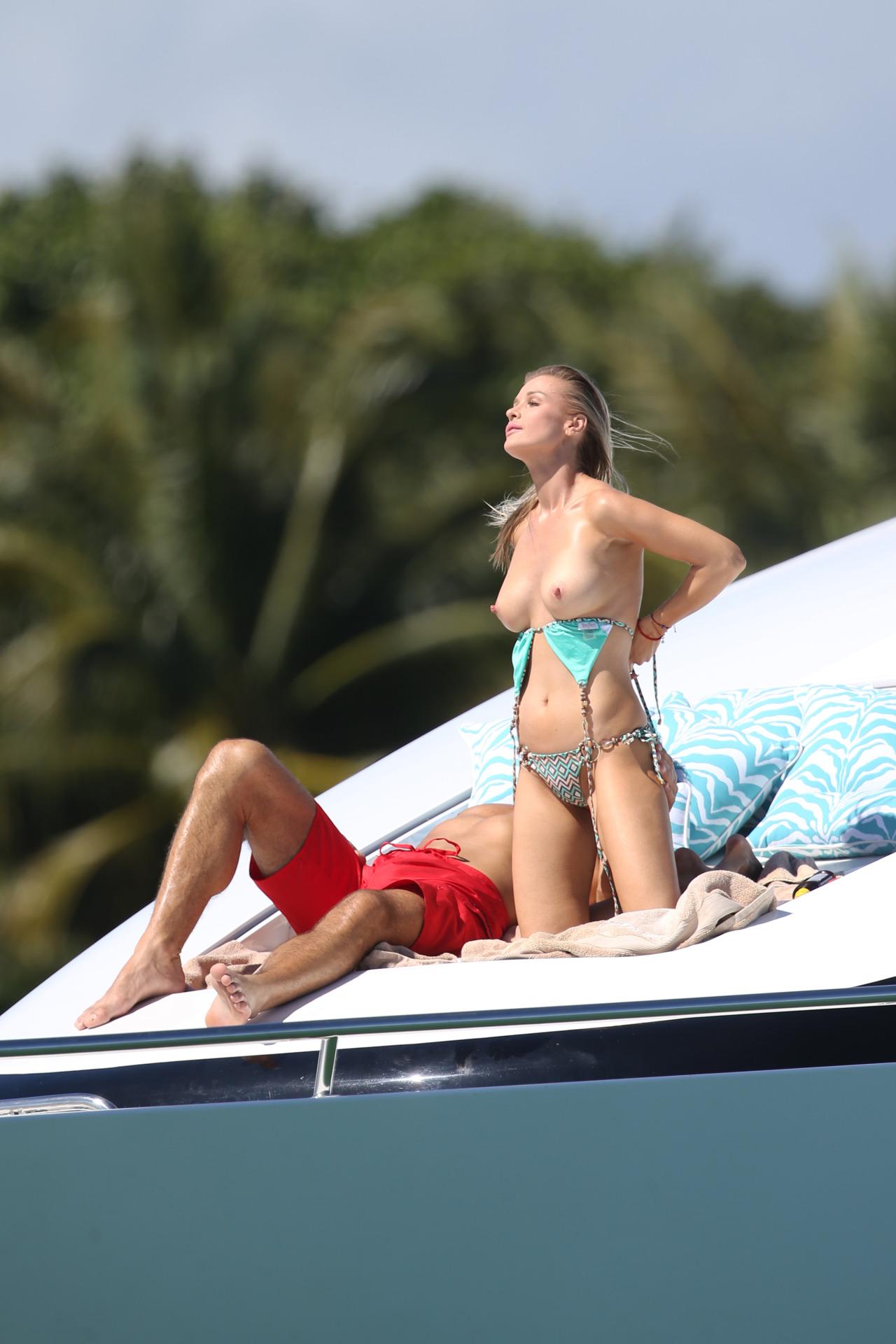 【海外エロ画像】パンツがある分安心して鑑賞w乳丸出しのトップレスビーチへ!(;´∀`)