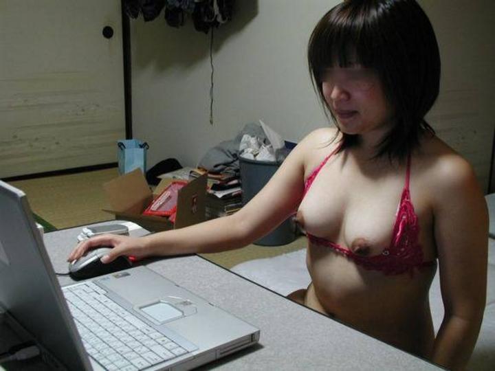 【家庭内エロ画像】ブレない裸族たちが乳丸出しでネットに夢中(;・∀・)