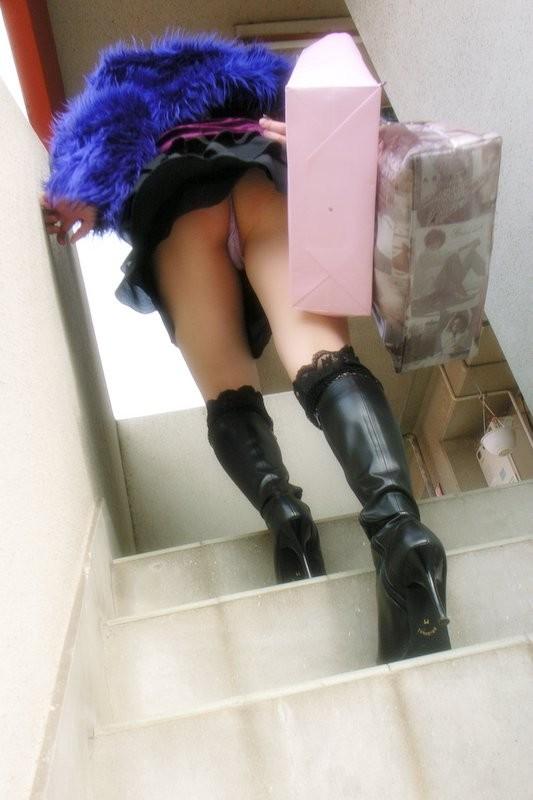 【パンチラエロ画像】上部の誘惑には勝てないからローアングルチラゲット!(;´Д`)