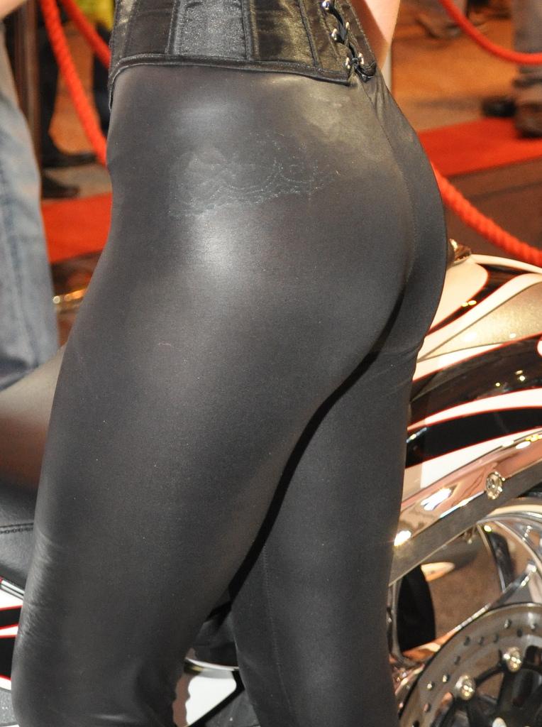 【着衣尻エロ画像】現代のジムで多く見られる形クッキリ着尻追っかけ!(*´Д`)