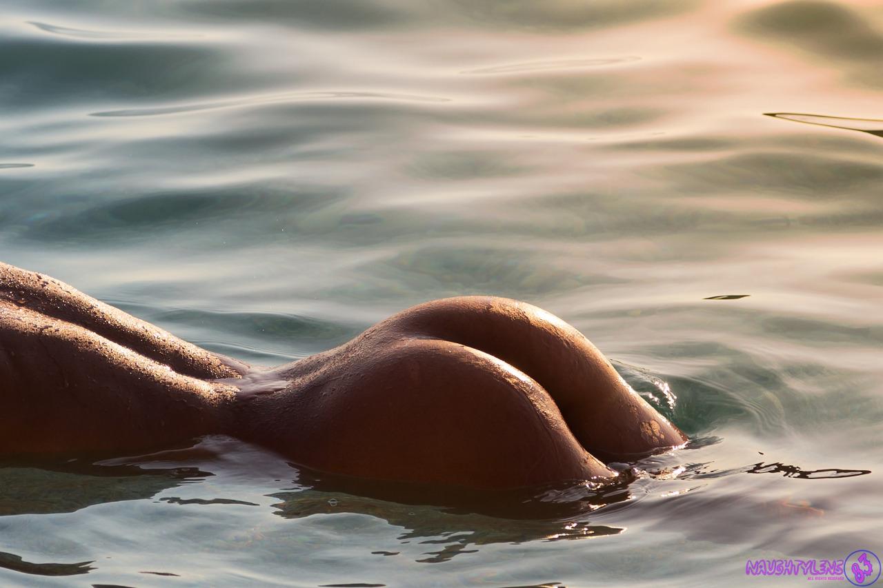 【水と裸体エロ画像】熱帯夜を涼しく過ごすために水と戯れる裸の美女ギャラリー(;´Д`)