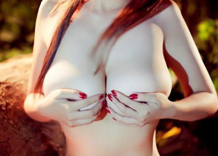 【手ブラエロ画像】このまま見せないのは絶許…大小に構わず超見たい手隠し乳(;´Д`)