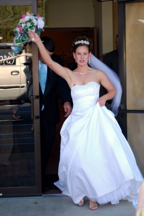 【花嫁エロ画像】ドレスも心も緩すぎwウェディングドレス乱す花嫁たち(*´д`*)