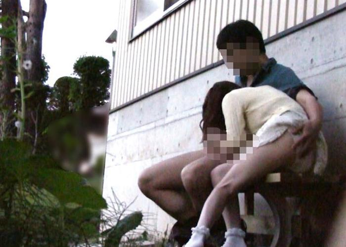 【エロ動画】完全に2人の世界に!野外でやらかすカップル痴態を盗撮!(*゚∀゚)=3