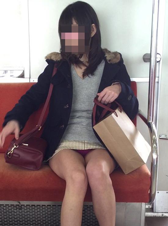 【パンチラエロ画像】丸見えだったら正面は絶対に…見たいから電車の対面パンチラ(;´Д`)