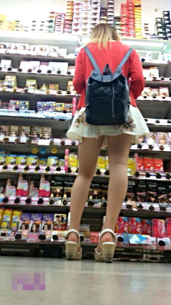 【美脚エロ画像】発見した時点で期待しちゃう!隠れた根元が気になるミニスカ美脚(;´Д`)