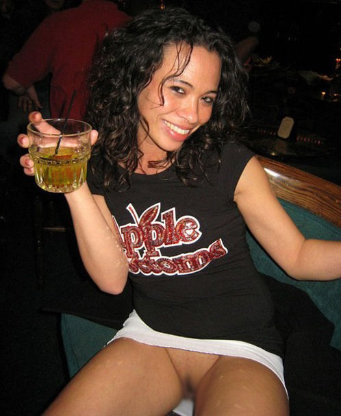 【悪ノリエロ画像】酒に飲まれた結果の…恥部を笑顔で晒す悪酔い外人さん(*´Д`)