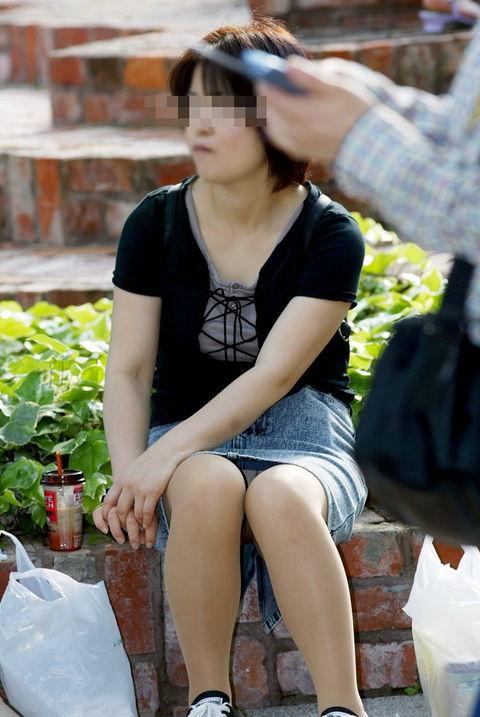 【パンチラエロ画像】無自覚さんが多いから大豊作な街角の座りパンチラ探訪(;´Д`)