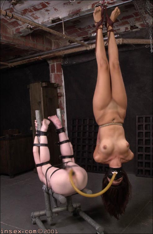【SMエロ画像】頭に血が上っちゃう…放置が怖い逆さ吊りされた海外M女(*´Д`)