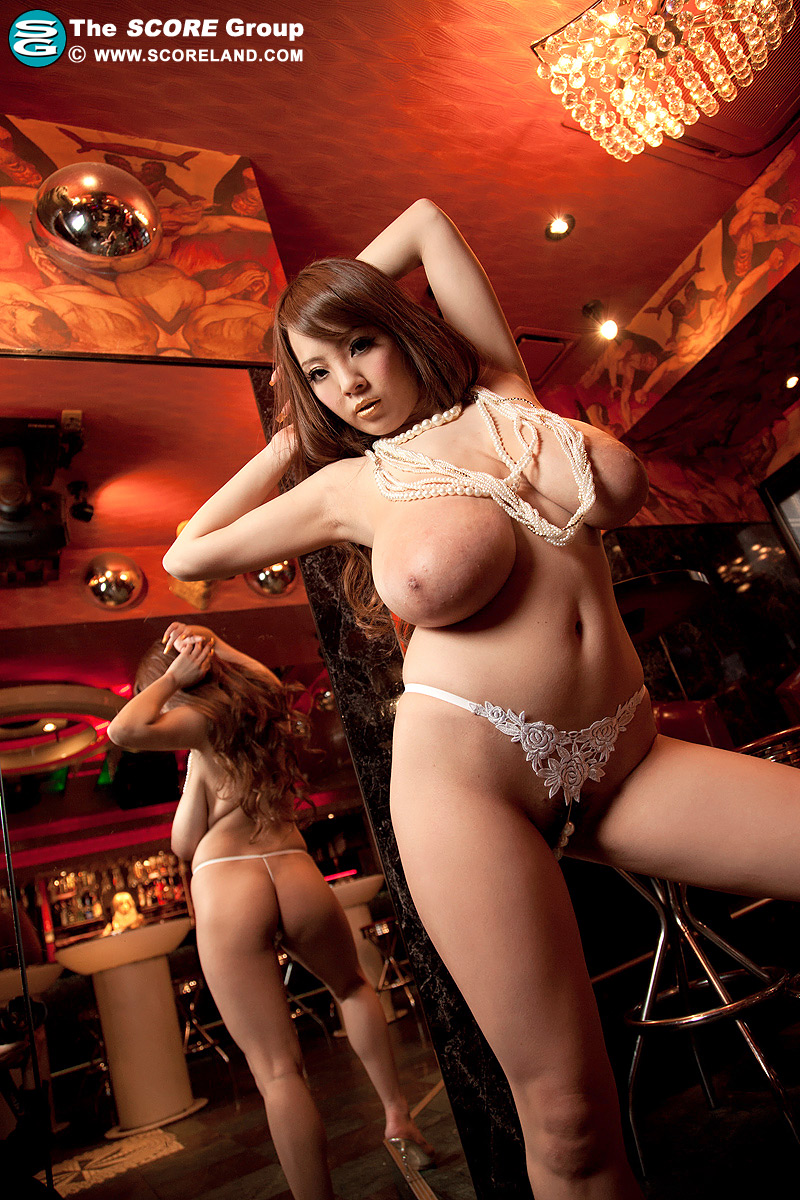 【超乳エロ画像】そのサイズOカップ!日本最強おっぱいを持つHitomiという女(;´Д`)