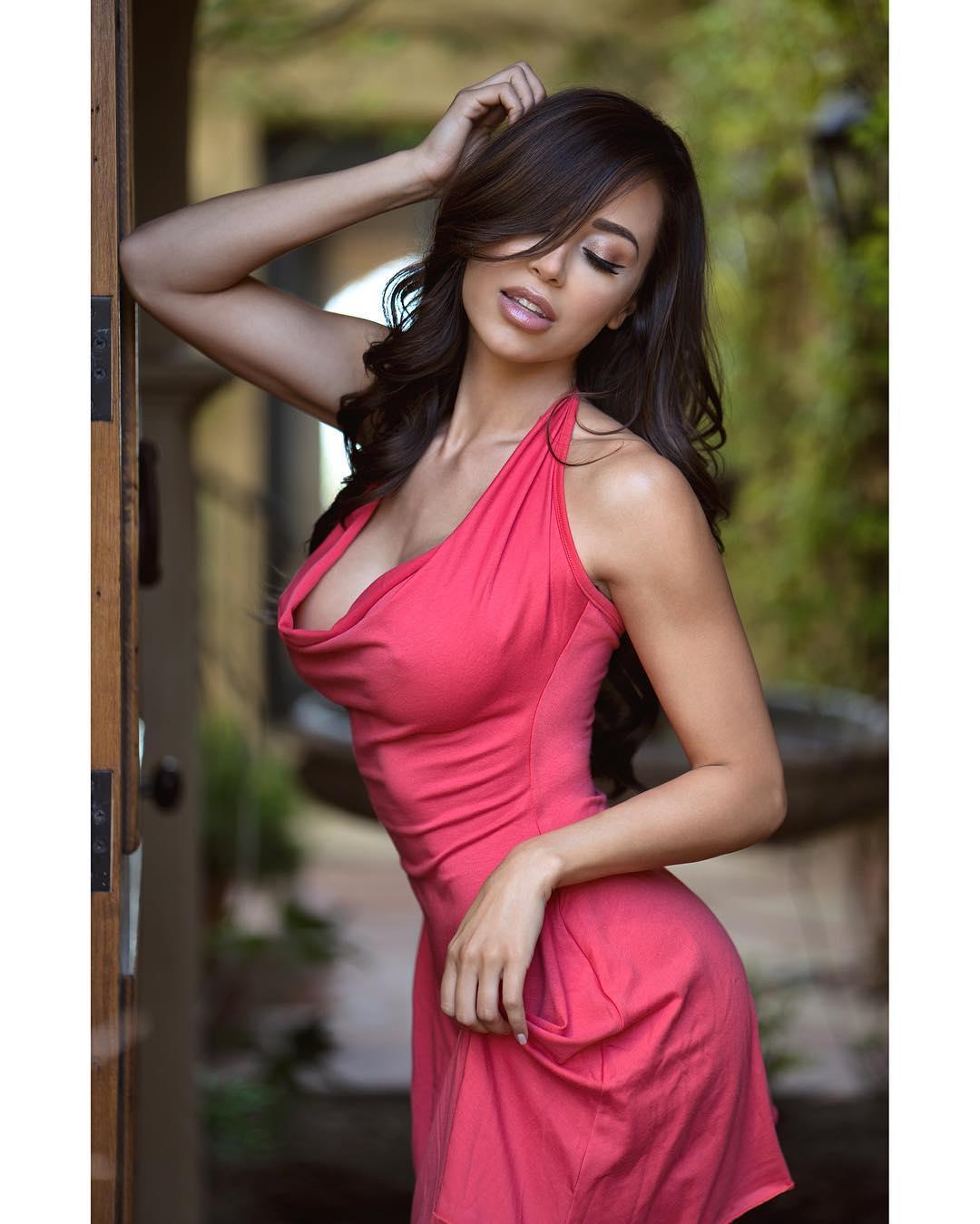 【ノーブラエロ画像】捲ればお目見え状態!乳首を阻む壁が分厚く感じるノーブラファッション(;´Д`)