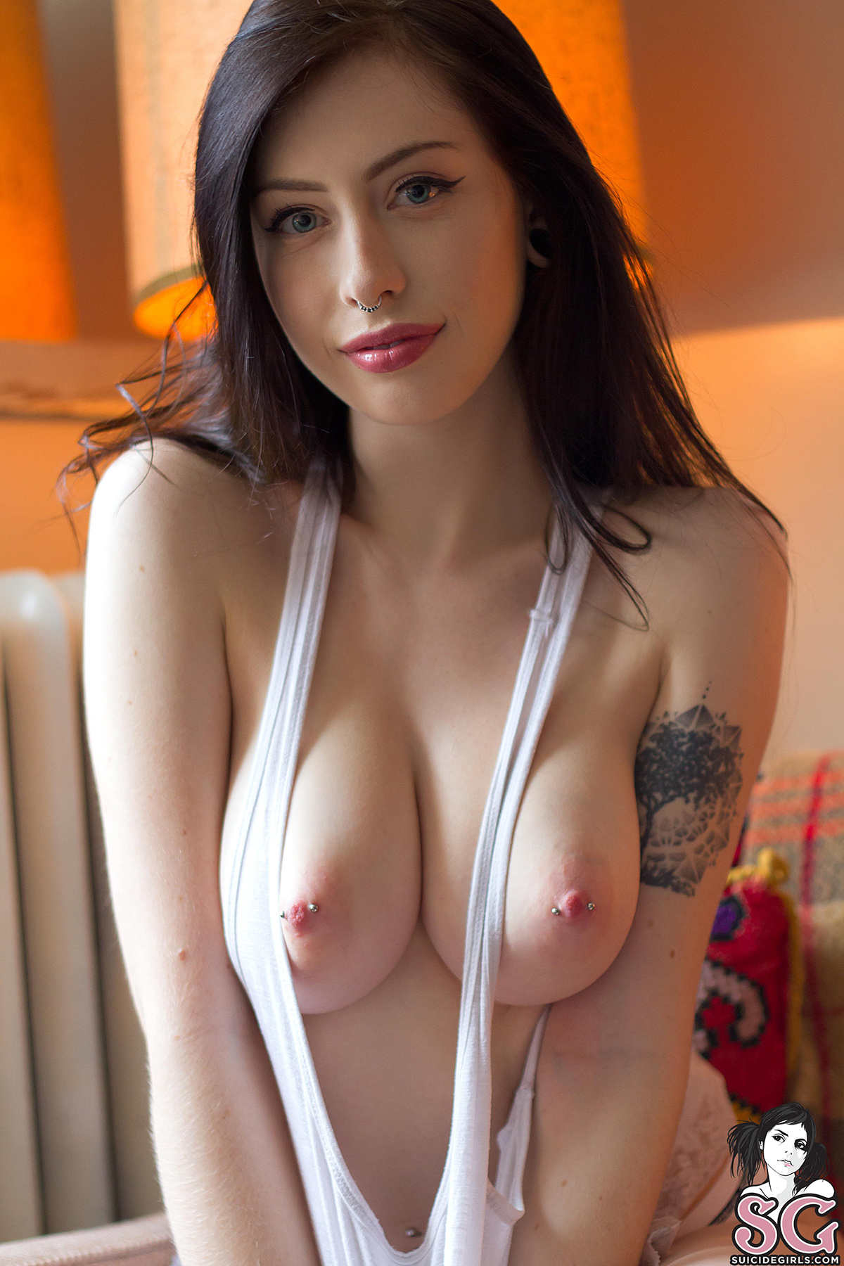 【乳首エロ画像】美乳だと勿体ない…見事に貫通済みのピアッシング乳(;゚∀゚)=3