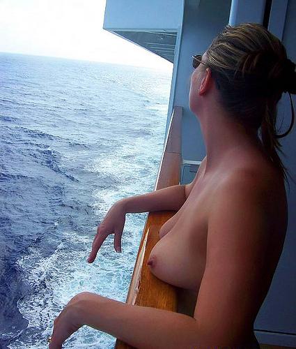 【海外エロ画像】沖まで行けば自由!船上で素っ裸になっちゃう外人さん(;´Д`)