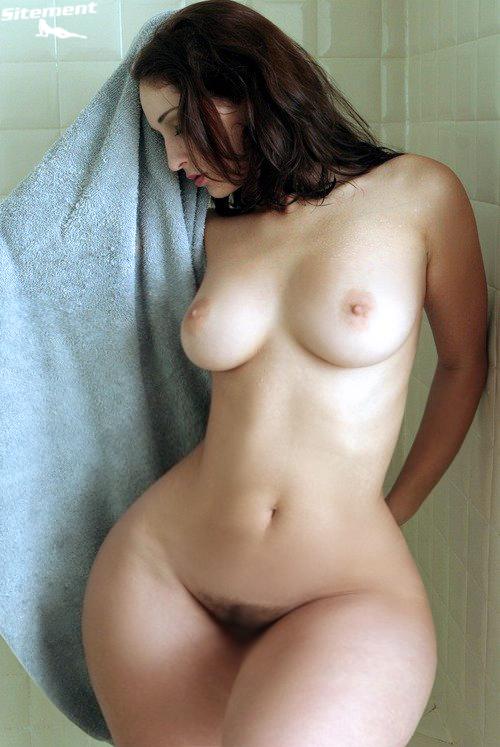 【くびれエロ画像】凄まじい土偶体型な細腰デカ尻の海外美女(;゚Д゚)